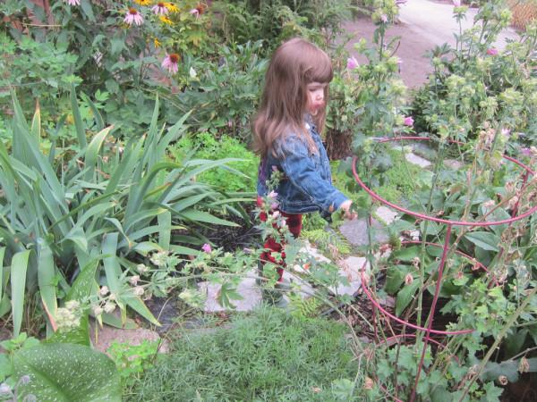 04gwen in the garden